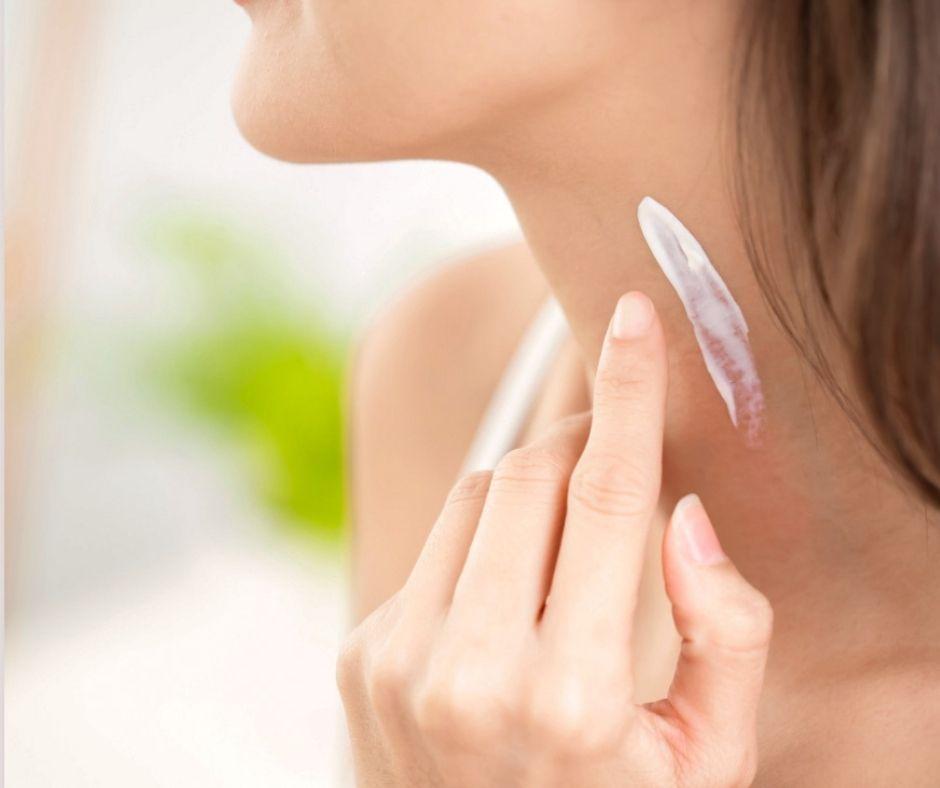 Image montrant une femme se mettant de la crème sur le cou