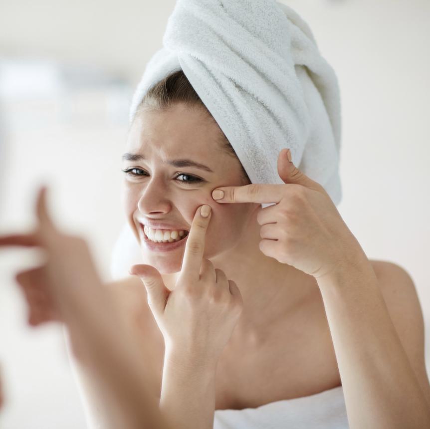 Image montrant une femme se touchant un bouton.