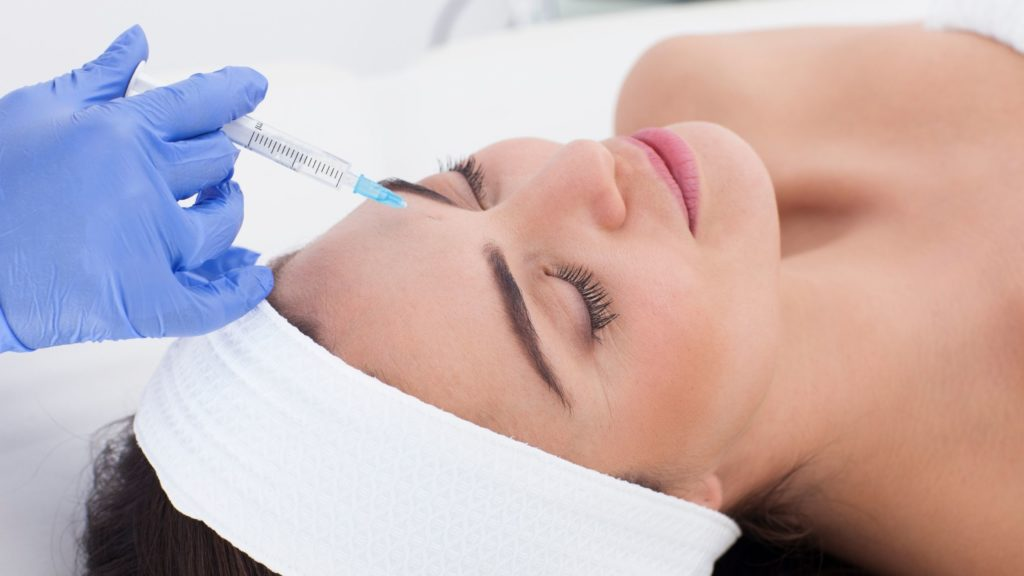 Photo montrant une femme recevant une injection sur le front pour illustrer l'article a propos de la mesotherapie
