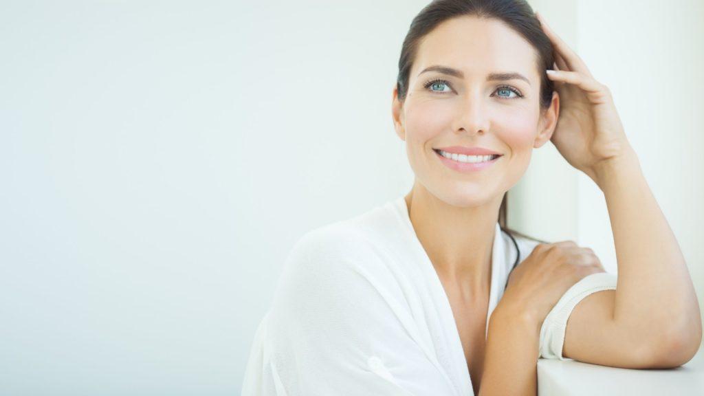 Image montrant une femme se sentant belle dans sa peau pour illustrer l'article qui parle des soins de médecine-esthétique