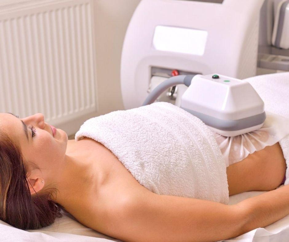 Image montrant une femme effectuant le traitement cryolipolyse.
